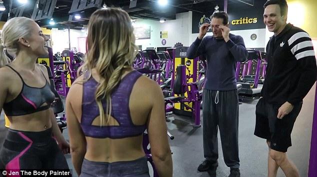 Sự thật về 2 cô gái chỉ mặc quần lót đi tập gym gây choáng - 9