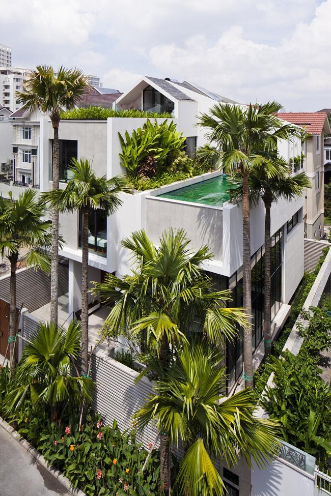 Căn biệt thự rộng 141m2 ở thành phố Hồ Chí Minh gây ấn tượng ngay từ vẻ ngoài đồ sộ và rợp bóng cây xanh.