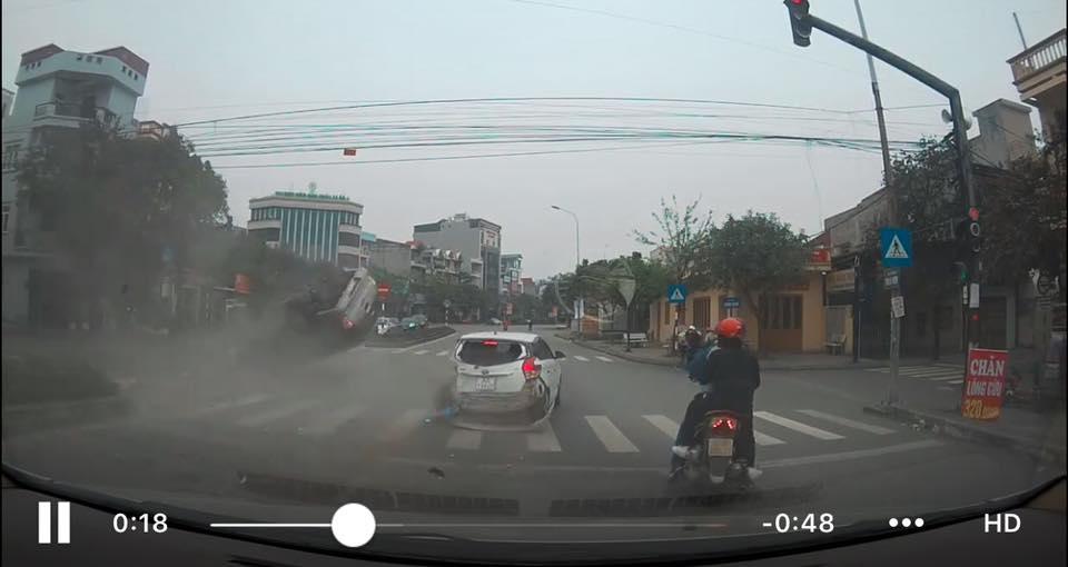 Kinh hãi xem clip ô tô bán tải tông hàng loạt xe dừng chờ đèn đỏ - 1