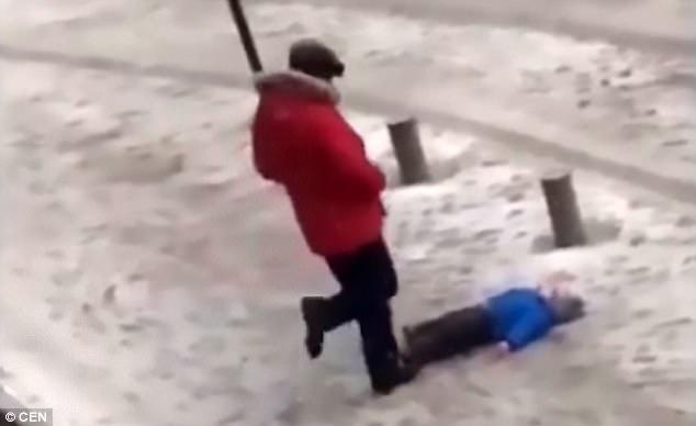 Kyrgyzstan: Con nhỏ nằm dưới đất, bố co chân đá không thương tiếc - 1