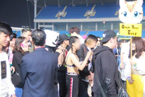 Chị em Hà Nội mặc nội y bé xíu, phơi lưng trần đi nghe nhạc giữa trời rét - 3