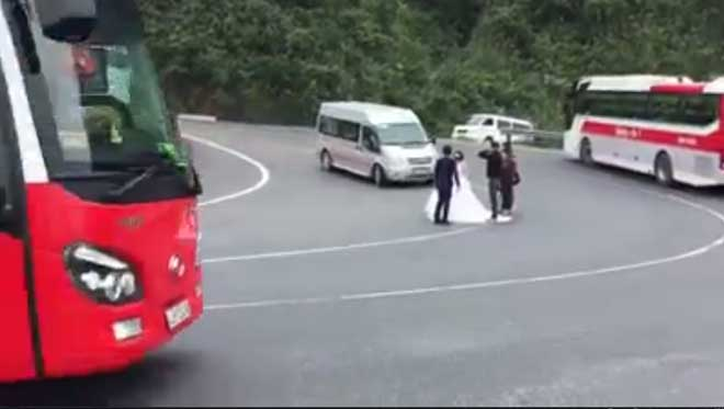 """CSGT Đà Nẵng sẽ xử lý du khách """"tạo dáng"""" giữa đèo Hải Vân - 1"""
