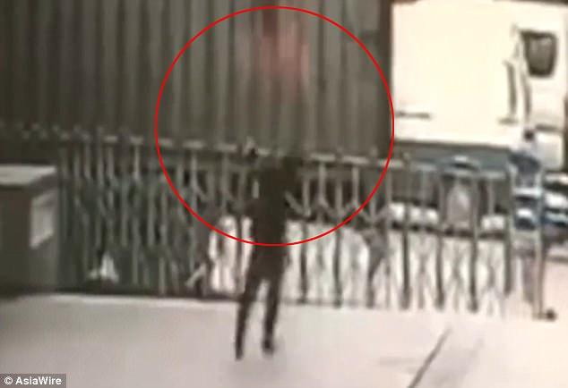 TQ: Đỡ người phụ nữ nhảy từ tầng 11 và kết cục thương tâm - 1