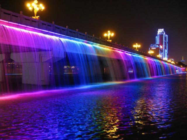 Vẻ đẹp lãng mạn của cây cầu phun nước dài nhất thế giới