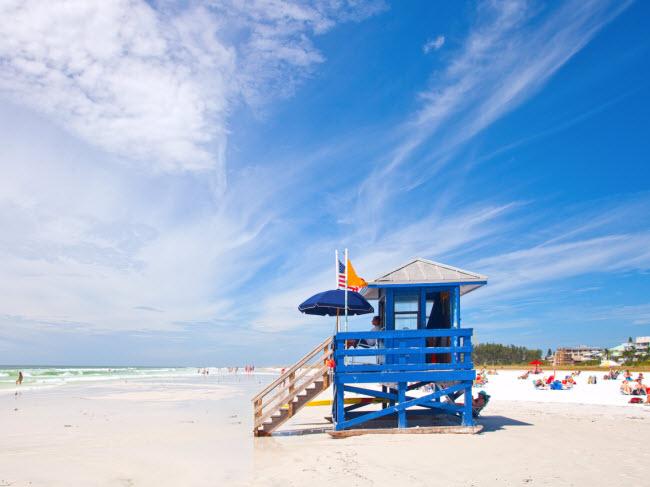 Siesta Beach, Florida, Mỹ: Bãi biển này có cát trắng mịn với thành phần 99% là khoáng chất thạch anh. Siesta Beach xếp vị trí số 1 trong danh sách những bãi biển đẹp nhất nước Mỹ năm 2017 do TripAdvisor bình chọn.