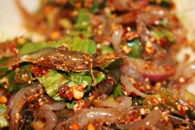 1.Goongten: Món ăn này còn có tên là tôm nhảy múa. Thực khách sẽ ăn nó khi nó vẫn còn sống, búng tanh tách trong miệng. Những con tôm sống được trộn với gia vị Thái, ớt khô, hành tím cắt nhỏ sau đó rưới thêm một chút nước cốt chanh.