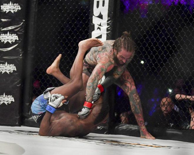 SAO lạ sàn MMA: Đấm như vũ bão, 43 giây knock-out đối thủ - 1