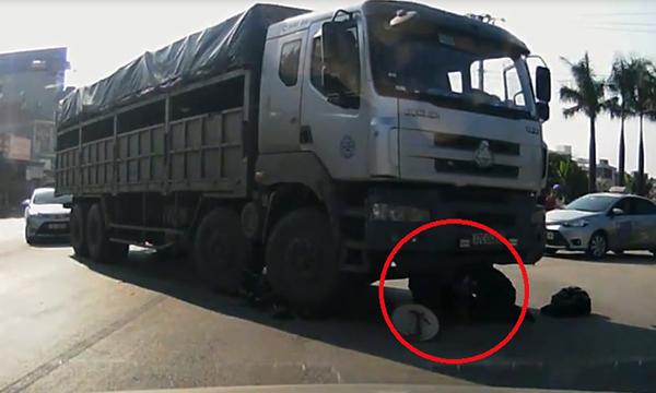 Clip: Cụ bà thoát chết thần kỳ dưới bánh xe tải - 1