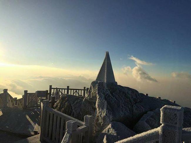 Sáng nay (19/12), đỉnh Fansipan (Lào Cai) bất ngờ khoác lên mình một diện mạo mới.