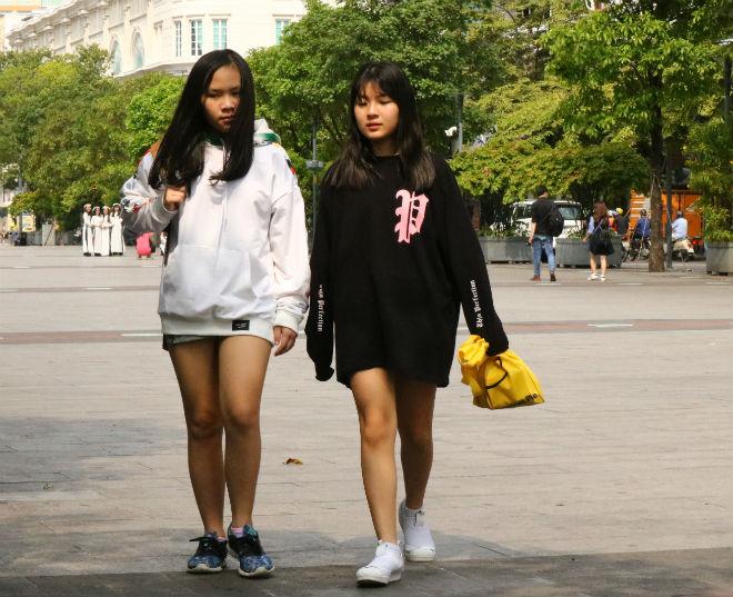 Sài Gòn trở lạnh, nhiều cô gái vẫn giữ thói quen ăn vận thoáng mát - 1