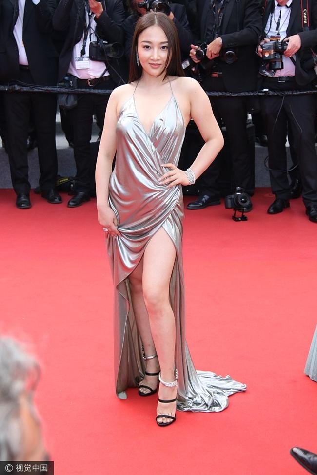 Mới đây, tờ Sina đã đưa ra danh sách những thảm họa trên thảm đỏ làng giải trí Hoa ngữ năm 2017. Đứng đầu là một mỹ nữ vô danh khi mặc váy nhái của chân dài Bella Hadid, tạo dáng kệch cỡm trên thảm đỏ LHP Cannes 2017.