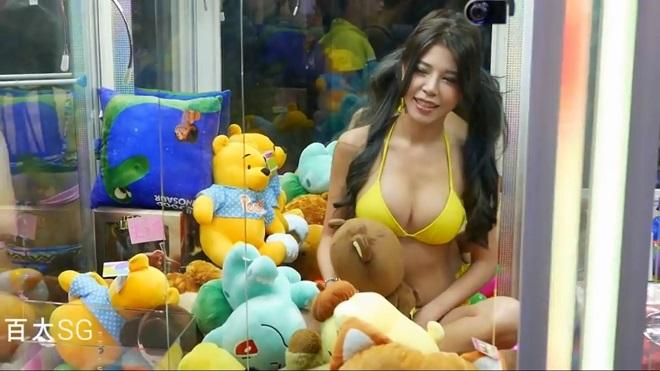 """4 cô gái mặc bikini bị """"nhốt"""" trong máy gắp thú bông ở Đài Loan - 1"""