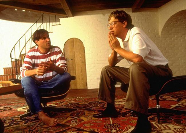 Trong tất cả những câu chuyện kể về mối quan hệ giữa hai tượng đài công nghệ là Bill Gates và Steve Jobs, họ chưa từng đứng chung chiến tuyến. Thế nhưng, nếu nói lúc nào cả hai cũng là kẻ thù thì không hoàn toàn chính xác. Cụ thể, Microsoft từng làm phần mềm cho các thiết bị PC phổ biến của Apple thập niên 70 với tên gọi Apple II. Thời điểm đó, Bill Gates vẫn thường qua xưởng sản xuất của Apple để giám sát tiến độ và chất lượng công việc.