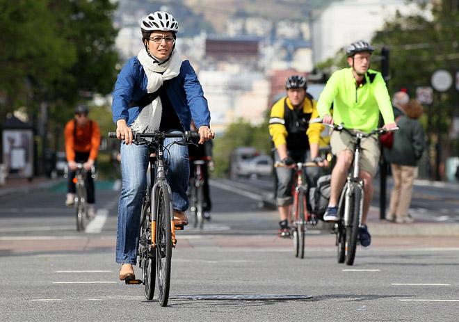 Nguy cơ điếc tai vì đi làm bằng… xe đạp! - 2