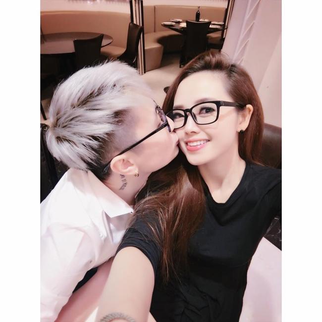 """MC Nguyễn Ngọc Trang (sinh năm 1986) nổi tiếng với chuyện tình đồng tính đẹp như mơ cùng một """"cô nàng đẹp trai"""" kém mình gần chục tuổi."""