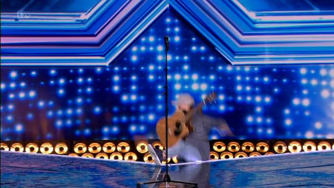 Hốt hoảng vì thí sinh hụt chân ngã cắm đầu trên sân khấu X Factor - 1
