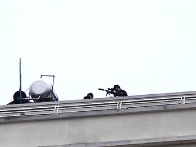 Hiện trường cảnh sát và lính bắn tỉa vây bắt kẻ ôm vũ khí