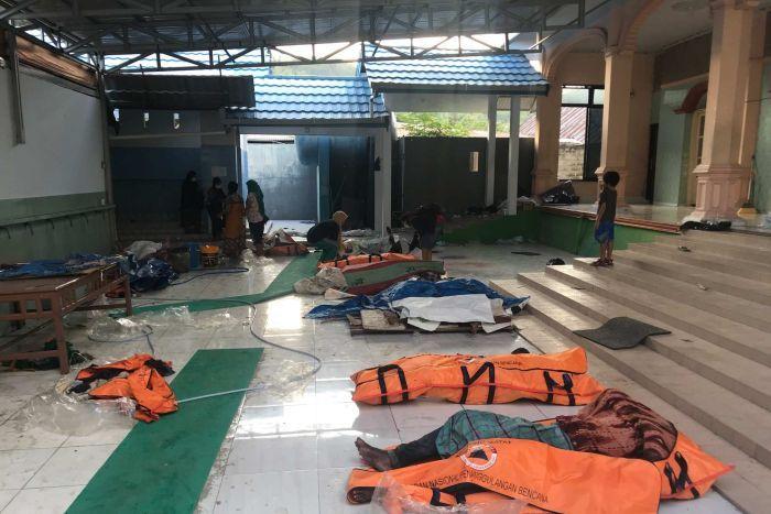 Sóng thần khiến 1.200 người chết ở Indonesia: Cả ngôi làng biến mất - 1
