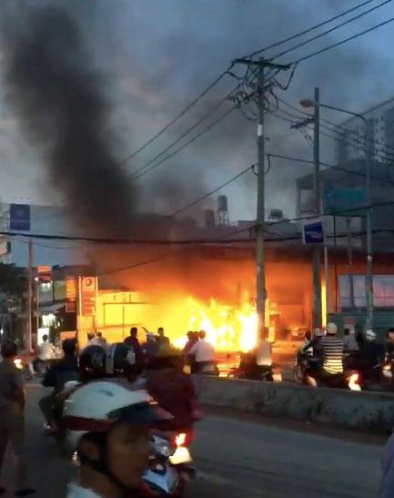 Cây xăng ở Sài Gòn rực trong biển lửa, khách đổ xăng tháo chạy thục mạng - 1