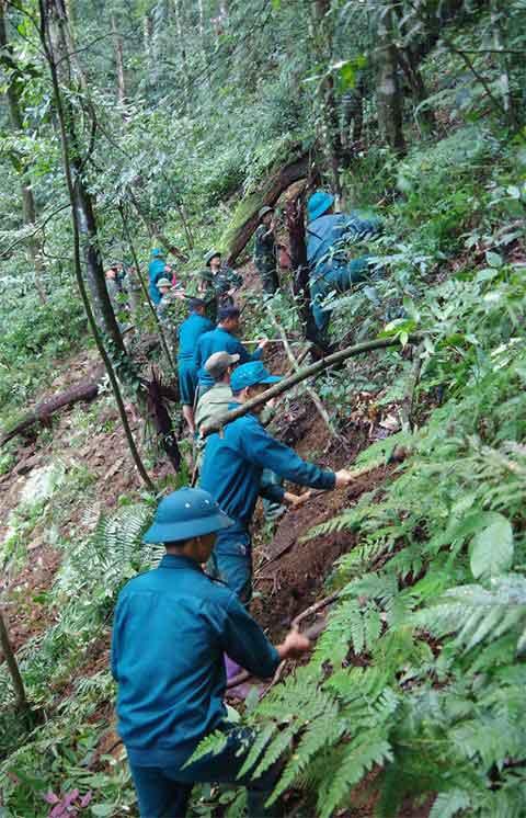 Băng rừng tìm kiếm hài cốt 2 phi công vụ máy bay Mig 21-U rơi 47 năm trước - 1