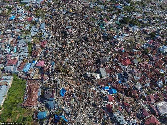 Khoảnh khắc nhà cửa bị dòng sông bùn cuốn trôi sau sóng thần Indonesia - 1