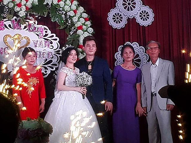 """Đám cưới bí mật ở quê của """"ca sĩ hội chợ"""" Lâm Chấn Huy gây sốc"""