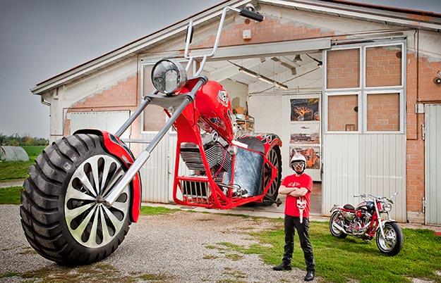 CHOÁNG: Chiếc xe máy cao quá nóc nhà 1 tầng, đạt kỷ lục Guiness - 1