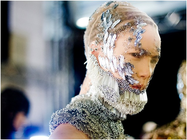 10 khoảnh khắc đưa show Alexander McQueen vào huyền thoại