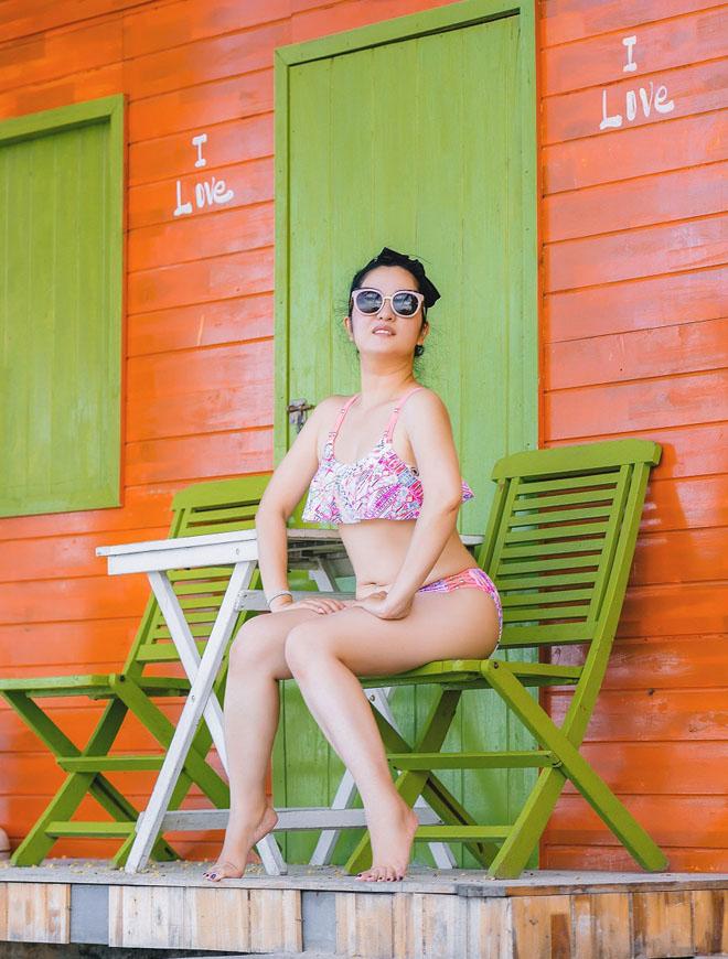 Thúy Nga U50 vẫn diện bikini gợi cảm đi tắm biển - 1