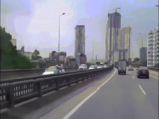 2 cô gái phóng xe máy như bay ngược chiều, ô tô chạy 70 km/giờ đuổi không kịp