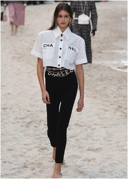 Chanel chứng minh thời trang cầu kỳ vẫn hợp để đi biển - 1