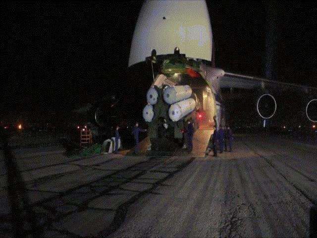 """Cảnh """"rồng lửa"""" S-300 ra khỏi vận tải cơ lớn nhất thế giới ở Syria"""