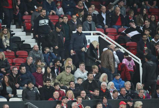 """MU hòa đau Valencia: Báo Tây cùng fan """"Quỷ đỏ"""" phẫn nộ Mourinho - 1"""