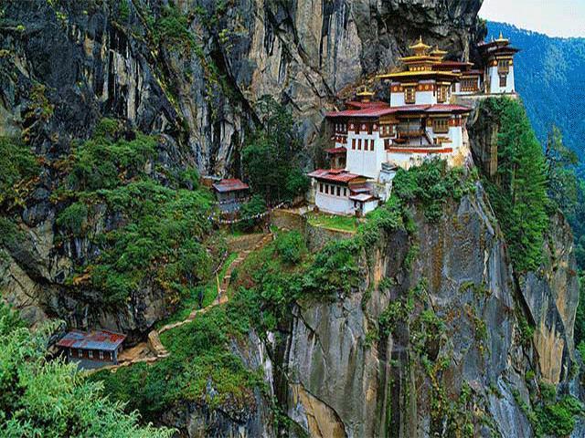 Thót tim trước những ngôi nhà nằm cheo leo trên vách núi, tưởng chừng như sắp rơi