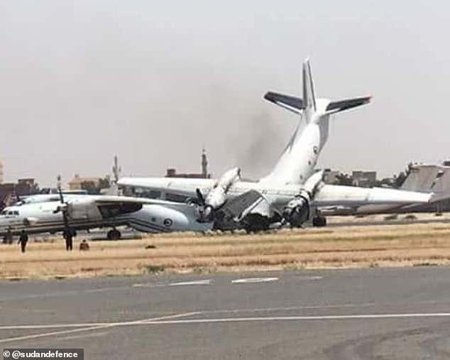 Video: Máy bay quân sự đâm vào nhau khi hạ cánh ở Sudan - 1