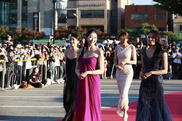 """Tân Hoa hậu Hàn Quốc lại dậy sóng vì váy áo """"nhìn như quấn khăn"""" - 1"""