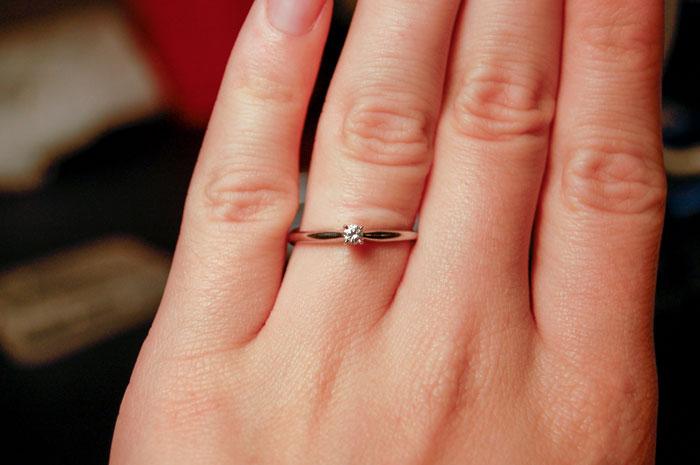 Làm bẽ mặt chồng sắp cưới vì chiếc nhẫn gắn kim cương quá nhỏ - 1