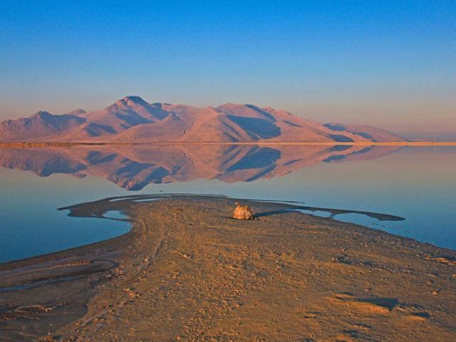 Vẻ đẹp kỳ diệu của hồ muối hai màu xanh - đỏ dị nhất thế giới