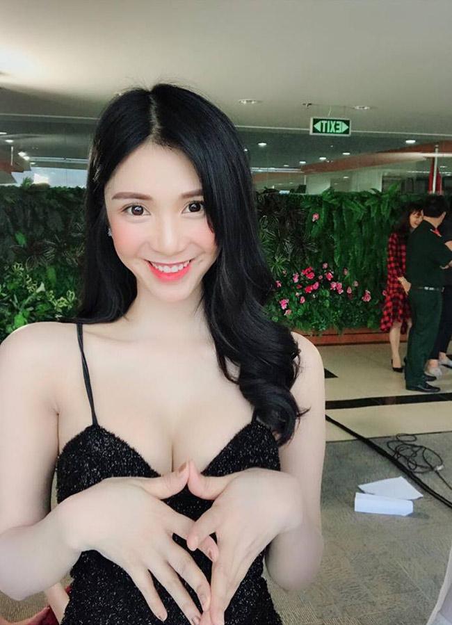 Thanh Bi chăm chỉ đăng tải hình ảnh cuộc sống bận rộn với các lời mời tham dự sự kiện.