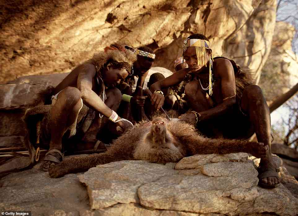 Bộ lạc nguyên thủy Tanzania sống như thời cổ đại ở thời hiện đại - 1