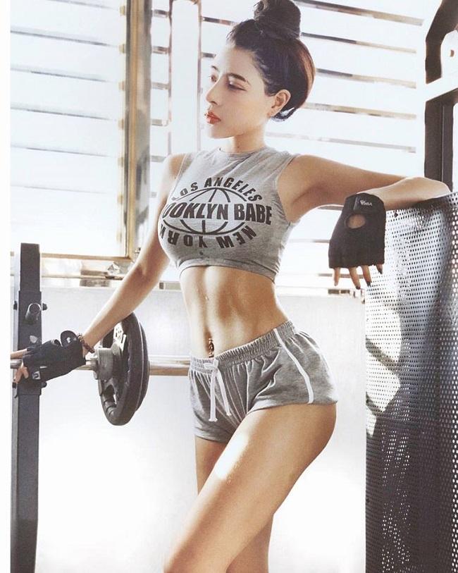 Nhiều hot girl phòng gym Việt ưa chuộng mốt quần siêu ngắn. Ví dụ như đây là cô nàng huấn luyện viên Trần Bích Hạnh đình đám.