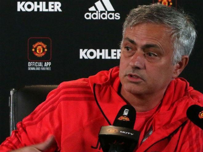MU khủng hoảng: Mourinho họp báo 3 phút tuyên bố chưa buông Ngoại hạng Anh - 1