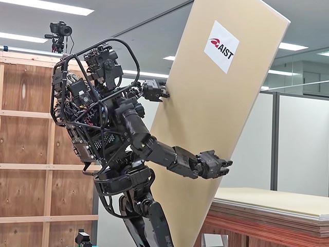 Nhật Bản thử nghiệm robot giống người có khả năng xây nhà cực chính xác