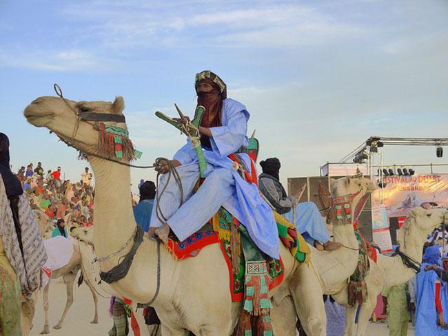 Mùa đông sang châu Phi tránh rét với những lễ hội siêu độc này - 1