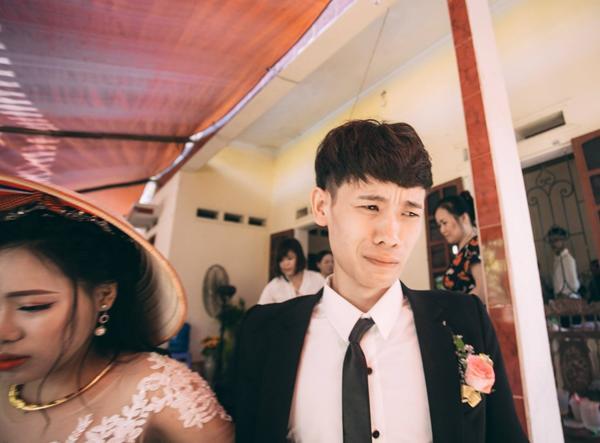 """Chú rể trẻ Lạng Sơn """"khóc ròng"""" dắt tay cô dâu trong ngày cưới - 1"""