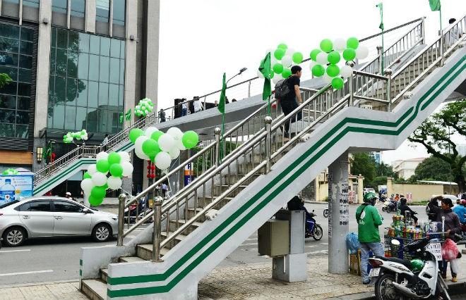 Khuyến khích người dân di chuyển qua đường trên Cầu bộ hành xanh - 1