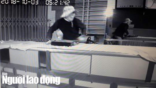 Video Trom 100 luong vang lay cap luon dau ghi camera trom vang  1  1538801612 760 width540height304 Nghệ sĩ Hồng Tơ bị phạt 50 triệu đồng vì đánh bạc