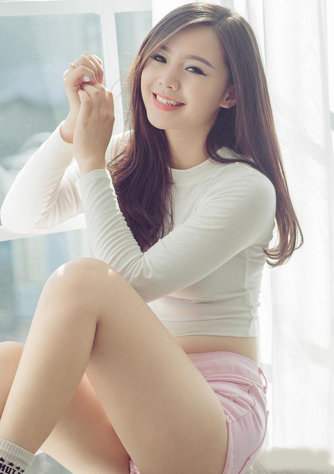 Với khởi đầu cùng nhóm hài Kem xôi, hot girl 9X đang từng bước hướng tới con đường diễn viên chuyên nghiệp.