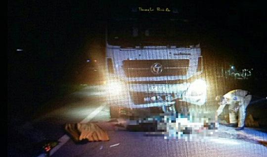 Xe máy đối đầu xe tải, 2 thanh niên thiệt mạng - 1