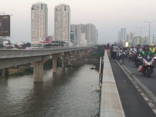 Cô gái để lại lá thư nhảy cầu Sài Gòn rồi bỏ đi, cả ngàn người khốn khổ vì kẹt xe